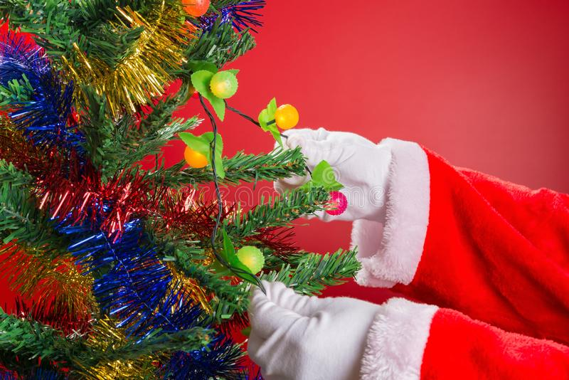 垂悬一刹那照明设备的圣诞老人对杉树 免版税图库摄影