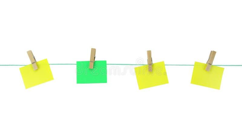 垂悬与在晒衣绳的木钉的空白的便条纸 免版税图库摄影