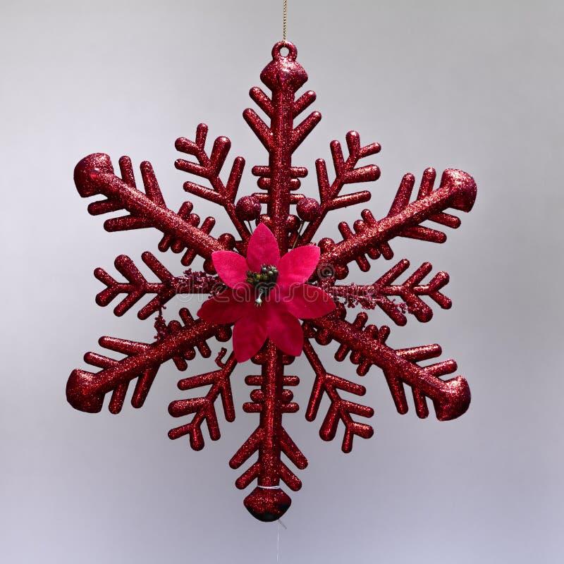 垂悬与闪烁的圣诞节装饰品红色冰星 库存图片