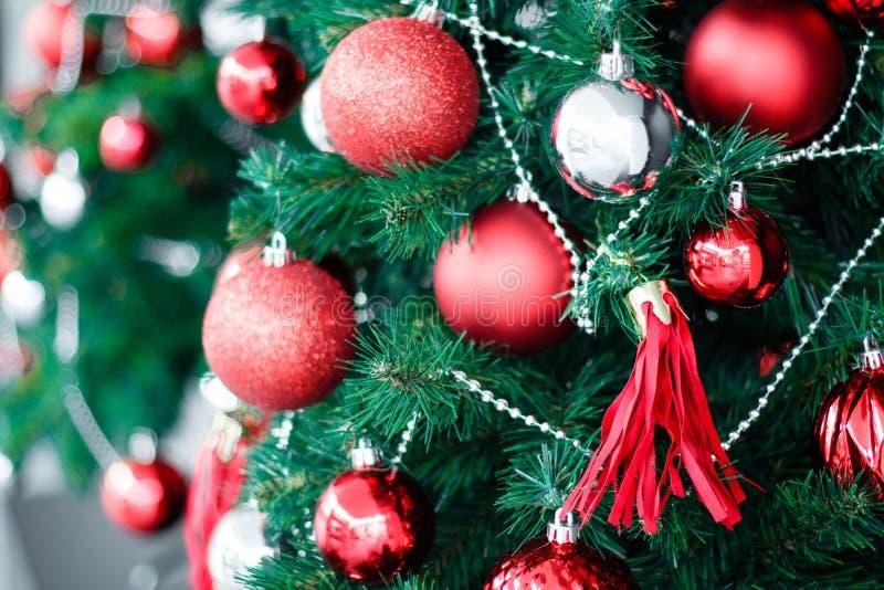 垂悬从一棵装饰的圣诞树的红色中看不中用的物品特写镜头 H 免版税库存图片
