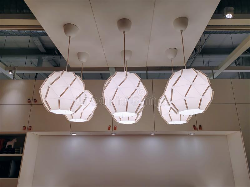垂悬从天花板的小组现代装饰电灯 免版税库存图片