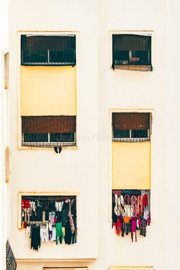 垂悬从晾衣绳的Windows画象和衣裳 免版税库存图片