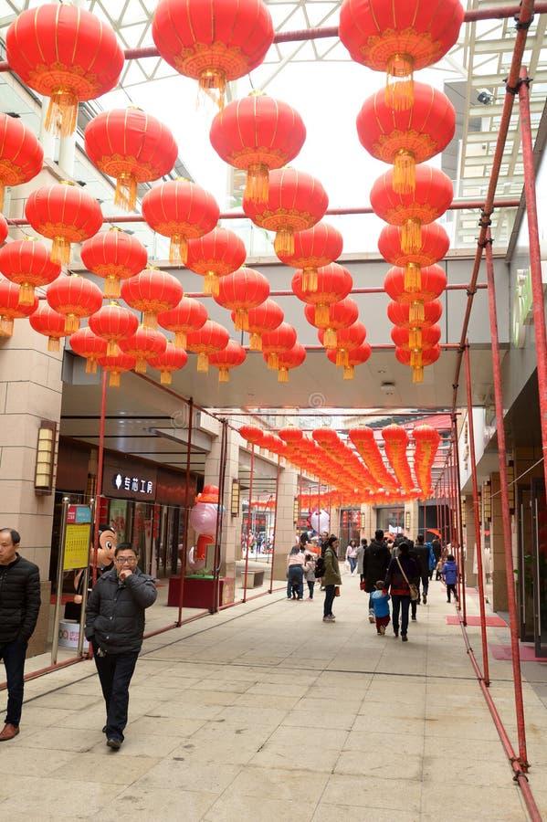 垂悬在一个长的走廊的灯笼在中国春天Festval 库存照片