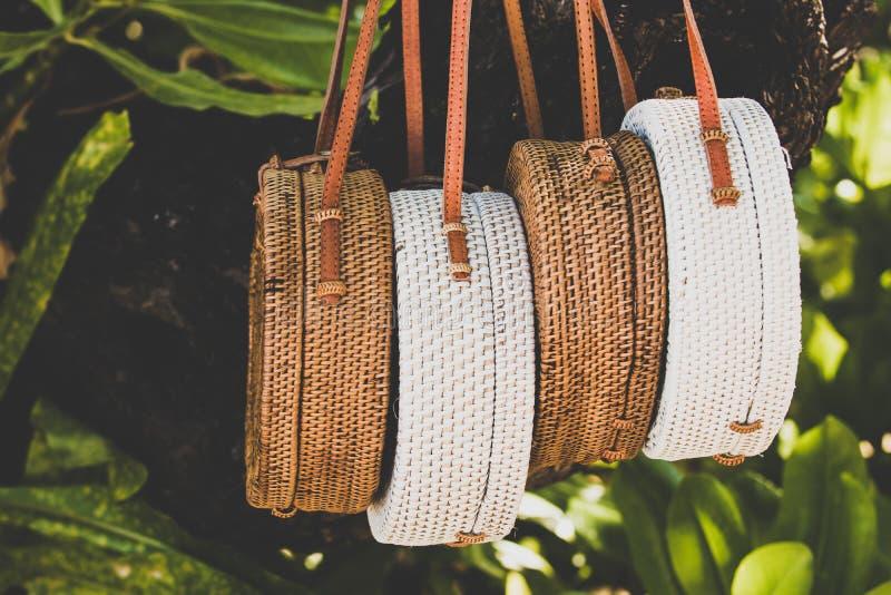 垂悬在一棵热带树的Rattang袋子 巴厘岛 有机材料 Ecobag 免版税库存图片