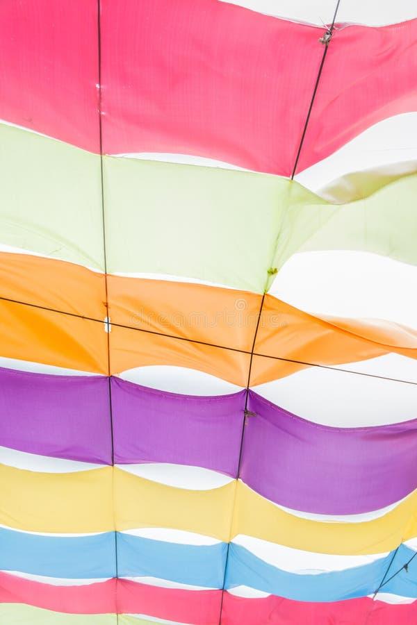 垂悬在上面的抽象五颜六色的织品 免版税库存图片