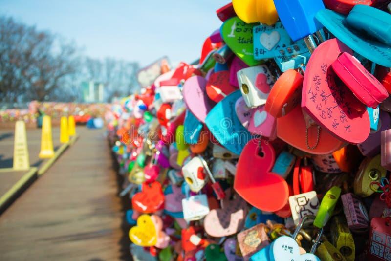 垂悬在与手writi的Namsan汉城塔的恋人的钥匙 免版税库存照片