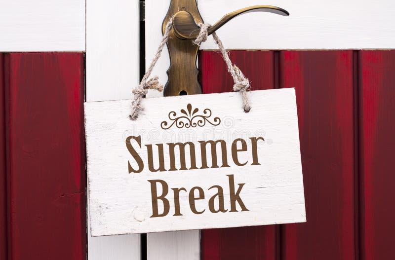 垂悬在与暑假的门把手的白色木板 库存照片