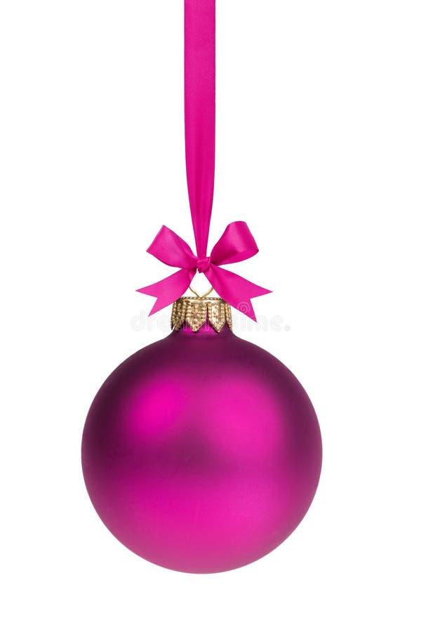 垂悬在丝带的唯一简单的紫色圣诞节球 免版税库存照片