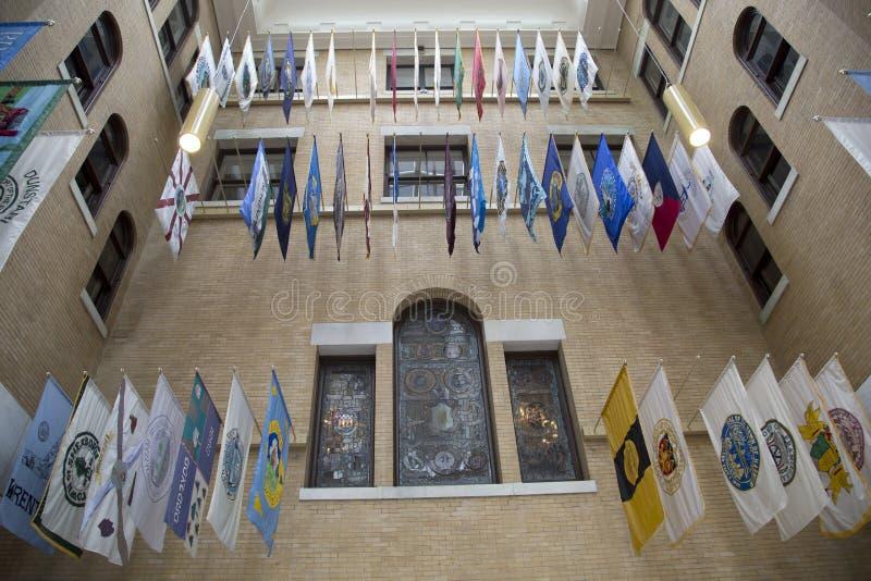 垂悬在历史的许多状态议院里的旗子 库存照片