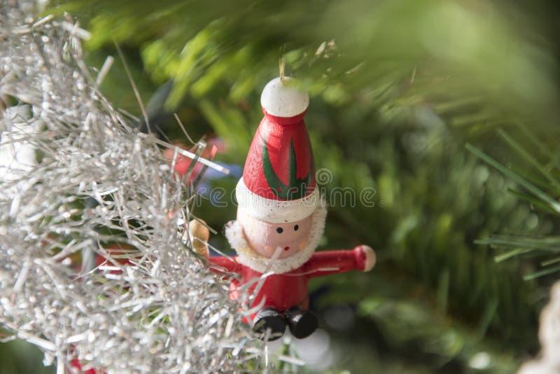 垂悬在圣诞树的圣诞老人装饰品 美好的关闭 免版税库存照片