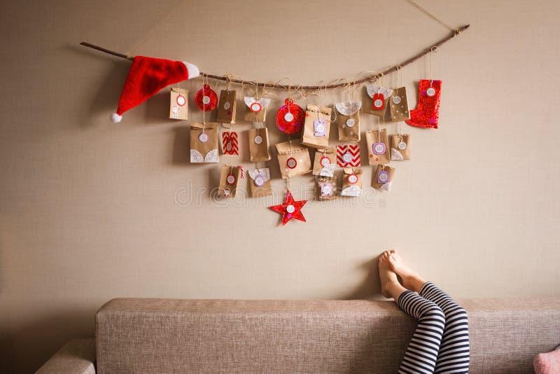 垂悬在墙壁上的出现日历 孩子的小礼物惊奇 免版税图库摄影