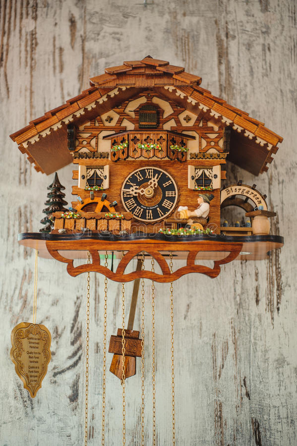 垂悬在墙壁上的古色古香的布谷鸟钟 库存照片