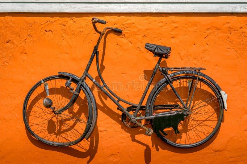 垂悬在墙壁上的葡萄酒自行车 免版税库存图片