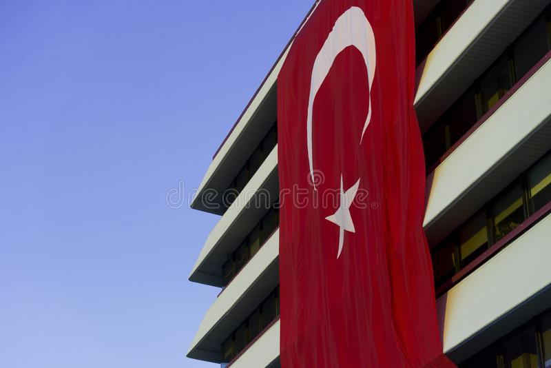 垂悬在大厦的土耳其旗子 图库摄影