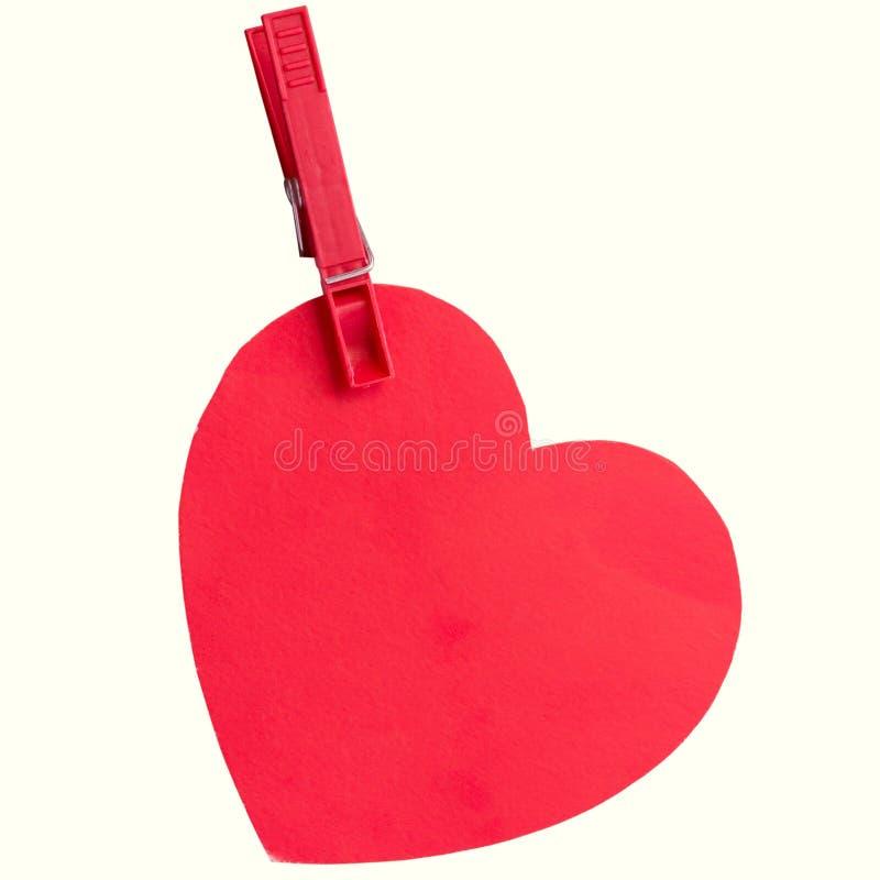 垂悬在夹子的纸板心脏 免版税库存图片