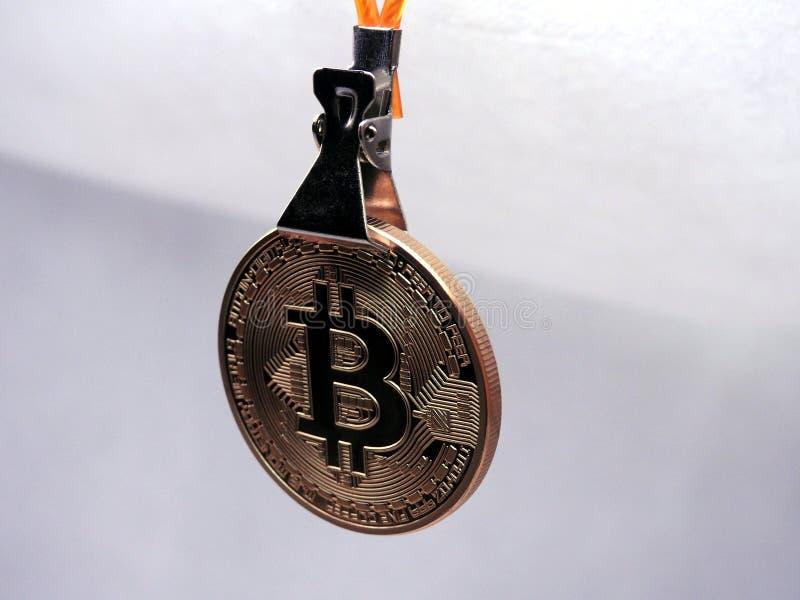 垂悬在夹子的Bitcoin 免版税库存照片