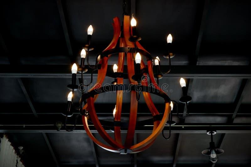 垂悬在屋子中间的老灯 免版税库存照片