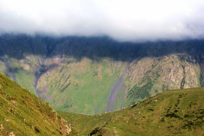 垂悬在山的白色云彩 黑暗的水平的阴影加州 免版税图库摄影