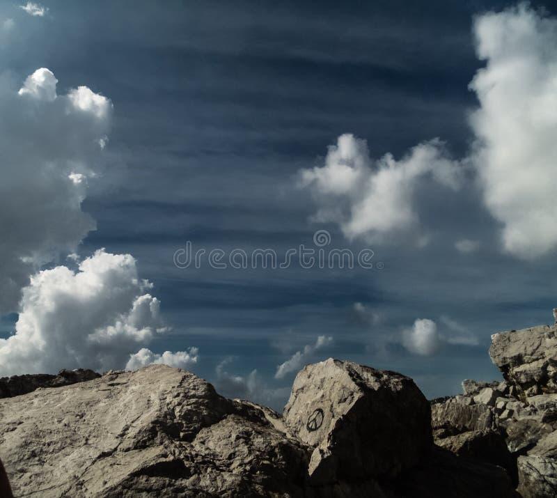 垂悬在岩石上的云彩 库存图片