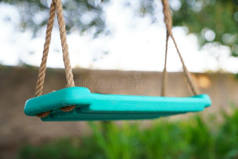 垂悬在庭院里的绿松石摇摆 免版税库存照片
