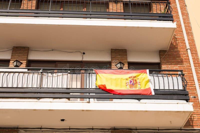 垂悬在房子的阳台的西班牙的旗子 库存图片