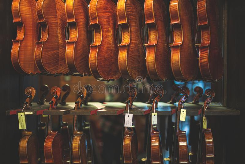 垂悬在持有人的小提琴退色的照片  库存照片