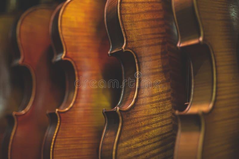 垂悬在持有人的小提琴退色的照片  免版税图库摄影