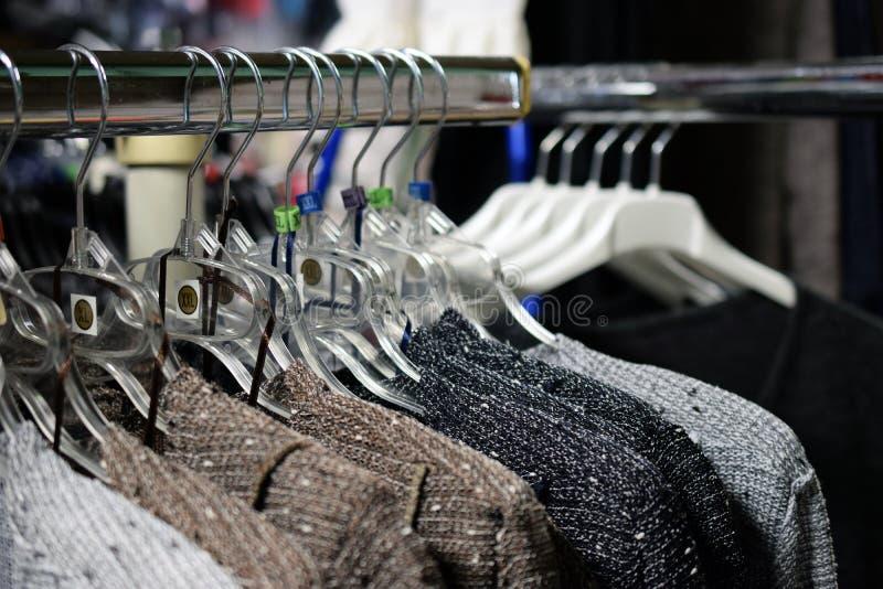 垂悬在挂衣架的妇女` s新的毛线衣 免版税库存照片