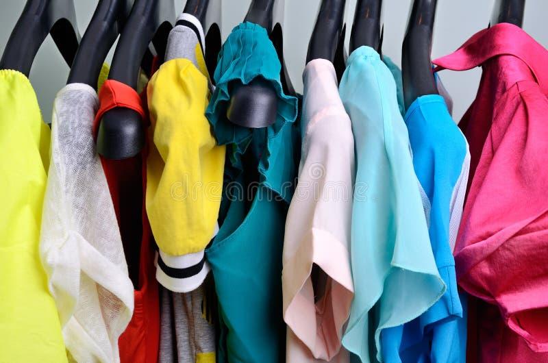 垂悬在挂衣架verticalcloth的多彩多姿的妇女的衣物 免版税库存图片