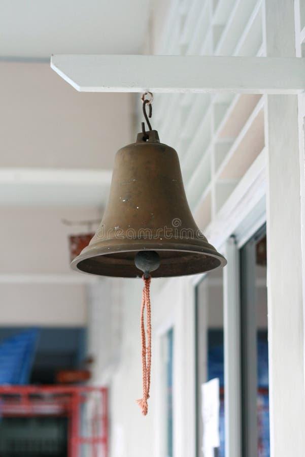 垂悬在教室前面的校铃 库存照片