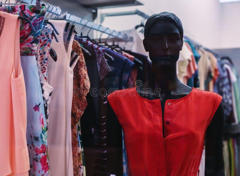 垂悬在时装模特的夏天女性礼服 库存照片