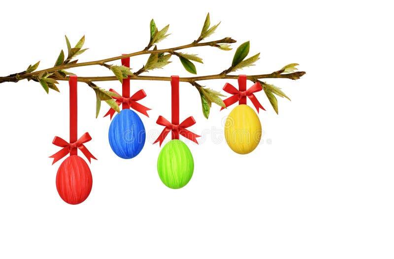 垂悬在春天与小le的树枝的复活节五颜六色的鸡蛋 免版税库存照片