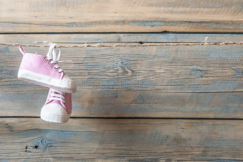 垂悬在晒衣绳的童鞋 免版税库存图片