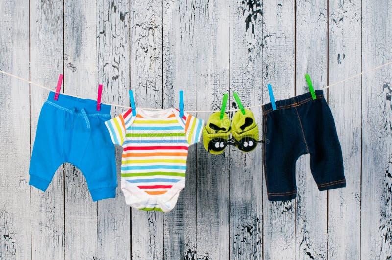 Download 垂悬在晒衣绳的婴孩衣裳。 库存照片. 图片 包括有 玷污, browne, 睡衣, 系列, 衣裳, 绳索 - 30339024