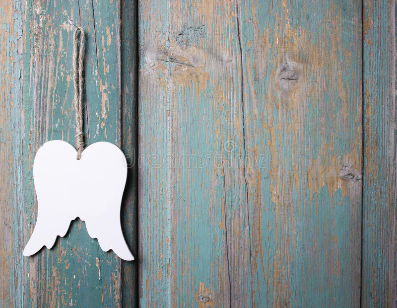 垂悬在木背景的天使翼 库存图片