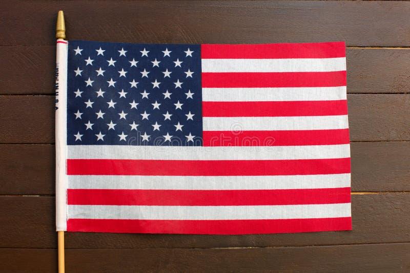垂悬在木背景的美国旗子 免版税库存照片
