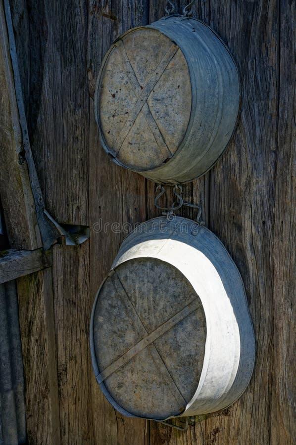 垂悬在村庄墙壁上的成人和孩子的罐子浴 库存图片