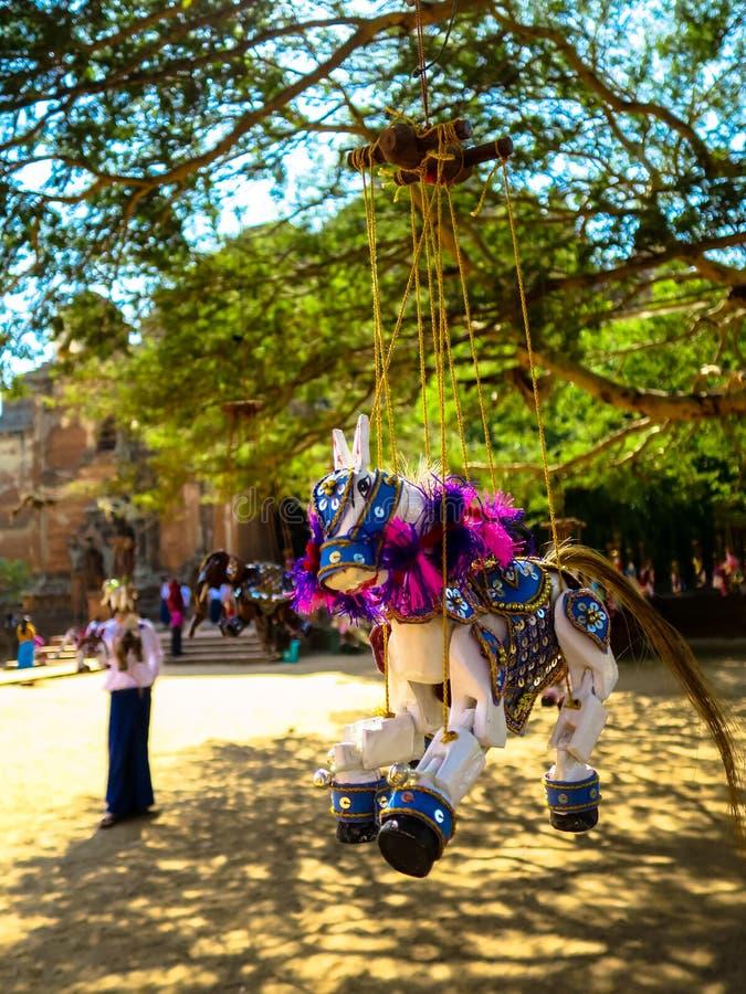 垂悬在树下的马木偶 免版税库存图片