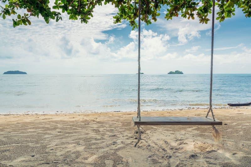 垂悬在树的木摇摆椅子在海滩附近在海岛在Phuke 库存图片