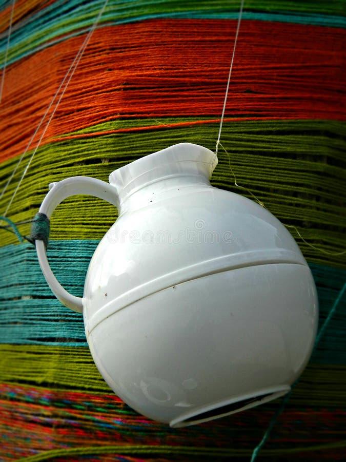 垂悬在毛线的瓷茶壶作为艺术设施一部分 免版税图库摄影