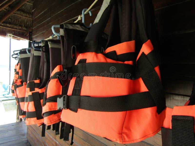 垂悬在海滩的救生衣 库存照片
