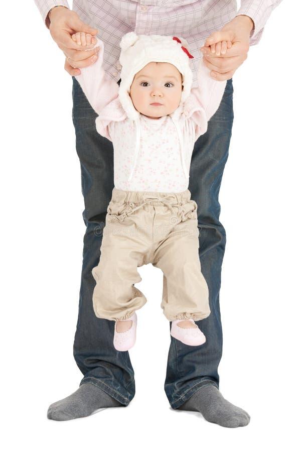 垂悬在父亲手上的婴孩 库存照片