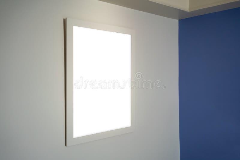 垂悬在现代室内设计的白色墙壁上的照片框架 免版税图库摄影