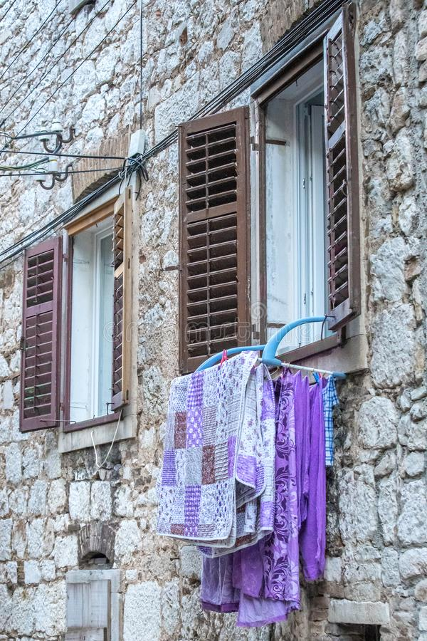 垂悬在窗口的被洗涤的毛巾 免版税图库摄影