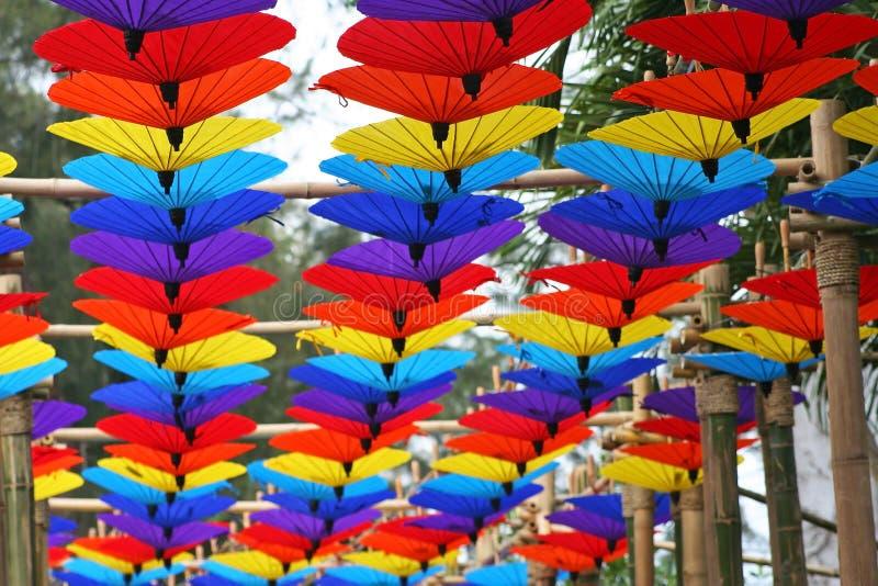 垂悬在竹木头的五颜六色的伞在清迈花节日 库存图片