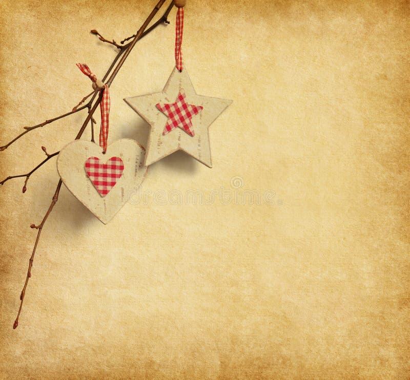 垂悬在纸背景的圣诞节装饰。 免版税库存图片