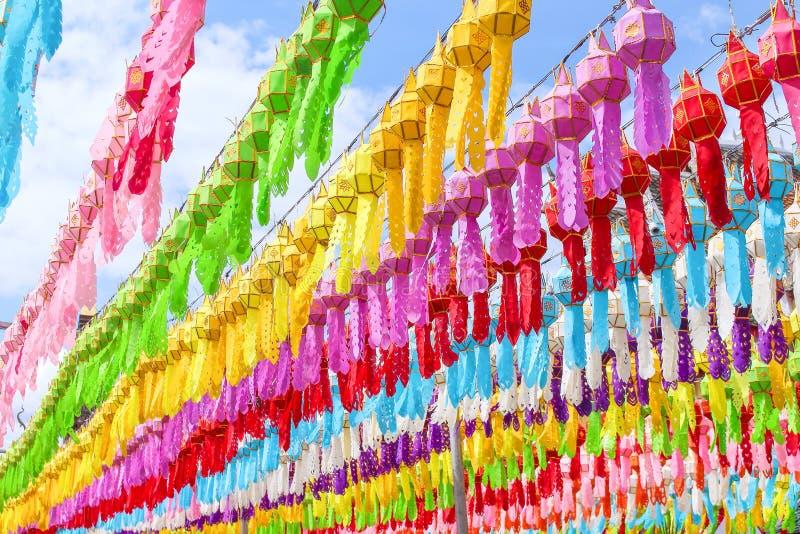 垂悬在线绳索和天空蔚蓝背景,庆祝loy krath的装饰的很多多彩多姿的桑树纸灯 库存图片