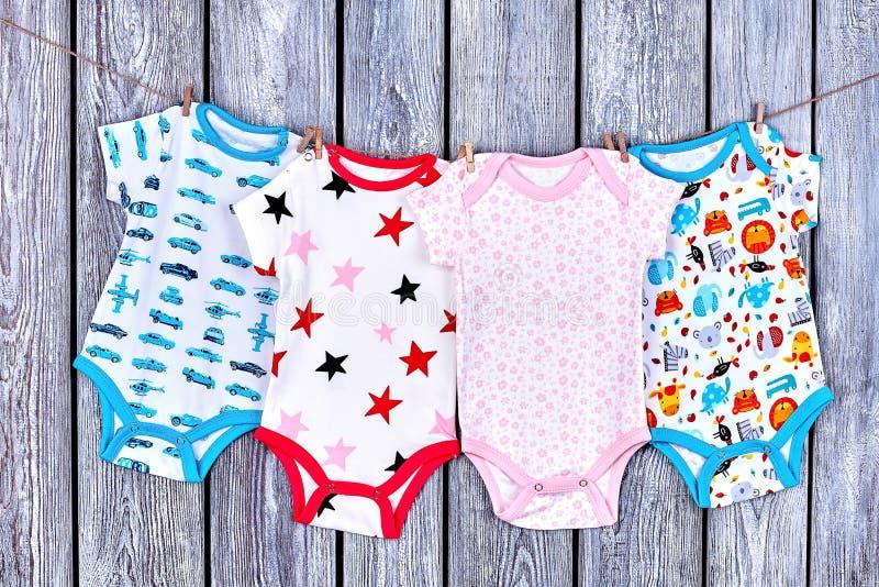 垂悬在绳索的婴儿衣裳 免版税库存照片