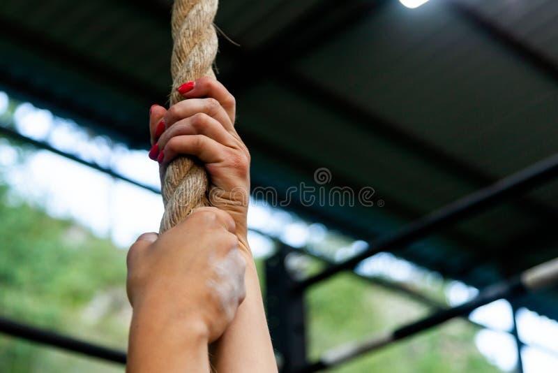 垂悬在绳索的少妇 图库摄影