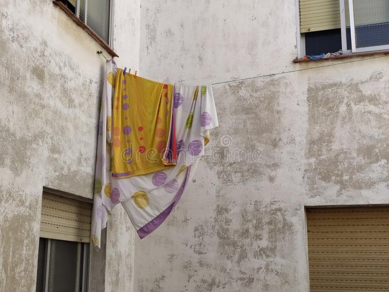 垂悬在绳索的床单 免版税库存照片